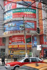 Shanghai  Werbetafeln an einer Hausecke