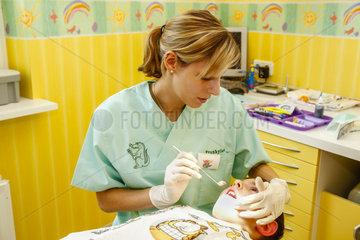 Kind bei Prophylaxe beim Zahnarzt