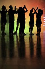 Berlin  Deutschland  Silhouette  Menschen tanzen