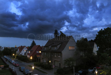 Berlin  Deutschland  Gewitterwolken ziehen ueber Einfamilienhaeuser hinweg