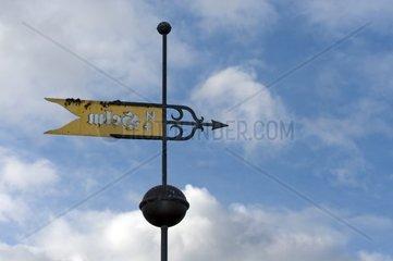 Wegzeichen mit Windrichtungsanzeige auf Hiddensee