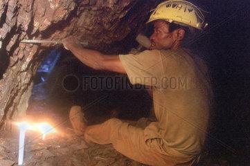 Barberton  Suedafrika  ein Mann arbeitet in seinem Stollen