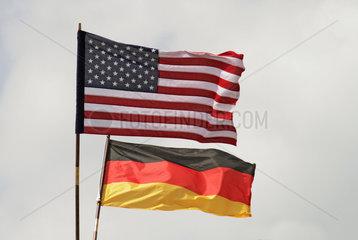 Schoenefeld  Deutschland  Nationalfahnen von Deutschland und den USA
