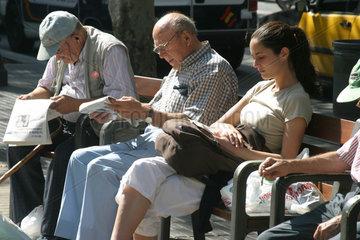 Menschen auf den Ramblas in Barcelona
