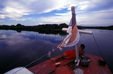 Mit dem Boot auf dem Rio Negro im Amazonas