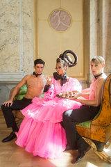 Berlin  Deutschland  Models posieren mit den Pralinen Gloeoeckler Pralinoeoes