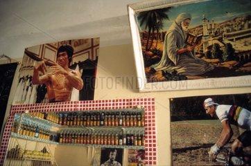 Wandschmuck in kleinem Cafe in Marrakesch