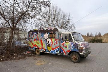 Berlin  Deutschland  Selbstgebautes Wohnmobil auf der Halbinsel Stralau in Berlin-Friedrichshain