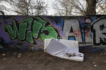 Berlin  Deutschland  Matratzen und Graffiti auf einer Mauer in der Haasestrasse in Berlin-Friedrichshain