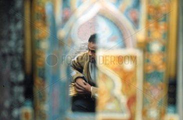 Mann in kleiner Moschee in Marrakesch