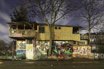 Berlin  Deutschland  Baumhaus an der Mauer am Bethaniendamm in Berlin-Kreuzberg