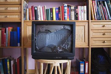 Kaputter Fernseher in einem Wohnzimmer