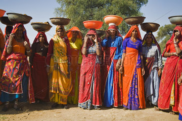 Indische Arbeiterinnen in traditioneller Kleidung  Nordindien  Indien  Asien - idian workingwoman in traditional clothes  North India  India  Asia