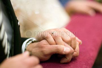 Sevilla  Spanien  Braut und Braeutigam halten ihre Haende waehrend der Trauung
