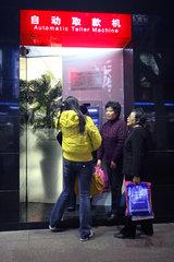 Shanghai  Frauen an einem Geldautomat
