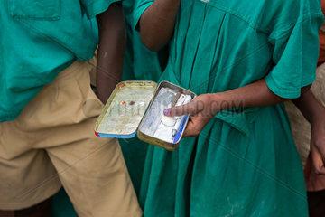 Bombo  Uganda - St. Joseph's Bombo mixed primary school. Kugelschreiber und Lineal in einem geoeffneten Stiftkasten aus Blech.