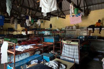 Bombo  Uganda - Ein Junge sitzt auf einem Etagenbett in einem Schlafsaal des Don Bosco Vocational Training Centre Bombo.