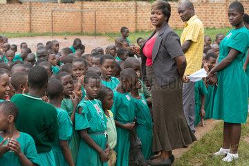 Bombo  Uganda - Eine Lehrerin leitet einen Schulappell auf dem Schulhof der St. Joseph's Bombo mixed primary school.