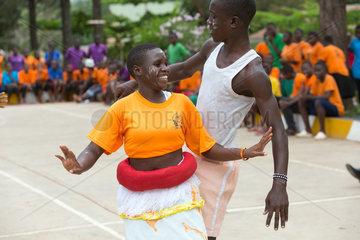 Bombo  Uganda - Schuelerin und Schueler des Don Bosco Vocational Training Centre Bombo fuehren einen Tanz auf.