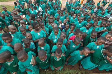 Bombo  Uganda - Schulappell auf dem Schulhof der St. Joseph's Bombo mixed primary school.