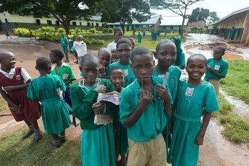 Bombo  Uganda - Grundschueler in Schuluniformen stehen auf dem Schulhof der St. Joseph's Bombo mixed primary school.