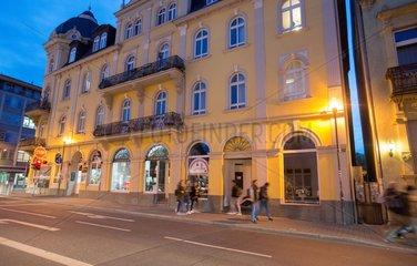 Historisches Bankhaus im Stadtraum Buergersteig.