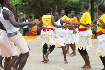 Bombo  Uganda - Schuelerinnen und Schueler des Don Bosco Vocational Training Centre Bombo fuehren einen Tanz auf.