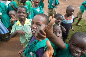 Bombo  Uganda - Grundschueler in Schuluniformen feixen auf dem Schulhof der St. Joseph's Bombo mixed primary school.