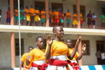 Bombo  Uganda - Schuelerinnen des Don Bosco Vocational Training Centre Bombo fuehren einen Tanz auf.