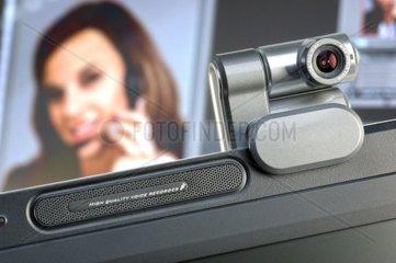 Webcam auf Monitor  im Hintergrund ein Screen mit Portrait einer Frau