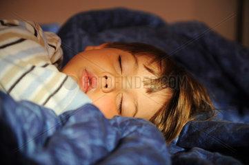 Berlin  Deutschland  schlafender vierjaehriger Junge