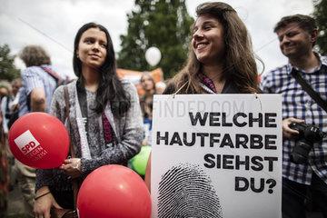 Demo Hand in Hand gegen Rassismus - fuer Menschenrechte und Vielfalt