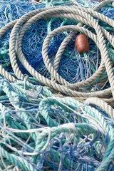 Wirrwarr aus Fischernetzen und Seilen