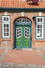 Rokokotuer und Zopfstiltuer am Baeckerhaus in Luetjenburg