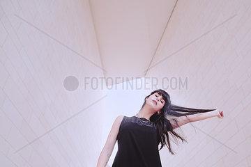 Frau in dynamischer Pose