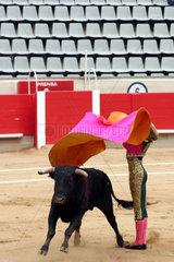 Stierkampf in Barcelona vor leeren Raengen