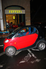 Rote Smart und Ferrari Store