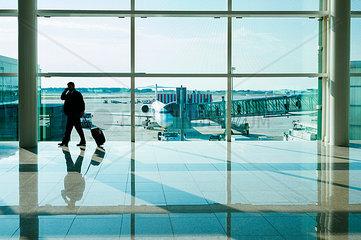 Businessmann in der Wartehalle des Flughafen El Prat