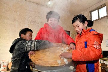 CHINA-SHANDONG-ORPHANED CHILDREN-VOLUNTEER (CN)