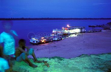 Kinder am abendlichen Strand des Rio Negro im Amazonas