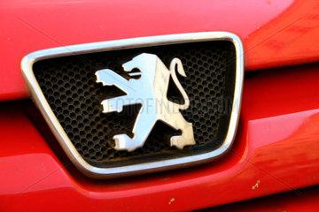 Peugeot-Logo auf einem roten Auto