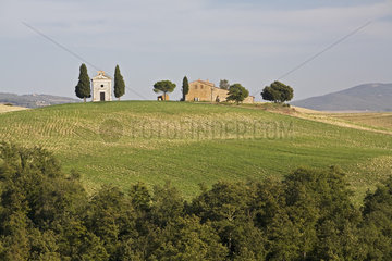 Bauernhof mit kleiner Kapelle in der Crete  Toskana  farm with a smal chapel  Tuscany