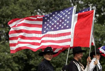Hannover  Deutschland  Frau mit Cowboyhut haelt die Nationalfahne der USA hoch