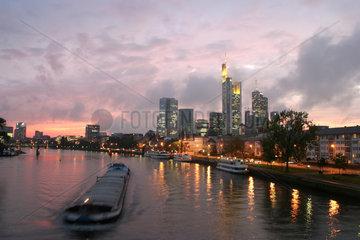 Frankfurt  Skyline am Main in der Abendstimmung