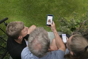 Eltern und Kinder mit Smartphones