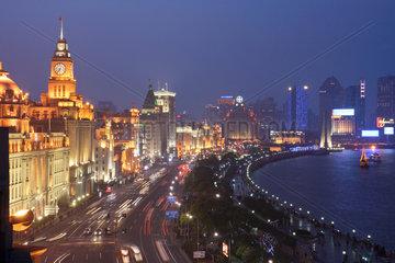 Shanghai  Skyline am Bund nachts beleuchtet