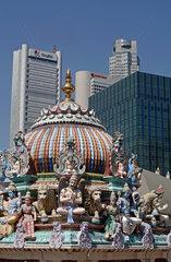 Singapur  Sri Mariamman Temple vor der Skyline des Central Business Districts