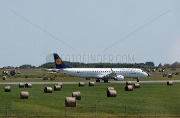 Tinnum  Deutschland  Embraer ERJ-195LR der Fluggesellschaft Lufthansa auf dem Vorfeld des Flughafen Sylt