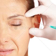 Frau laesst Augenfalten wegspritzen
