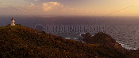 Cape Reinga  noedlichste Spitze Neuseelands mit Cape Reinga Leuchtturm im fruehen Morgenlicht  Northland  Nordinsel  Neuseeland Cape Reinga  northernmost tip of New Zealand with Cape Reinga Lighthouse in early morning light  Northland  North Island  New Z